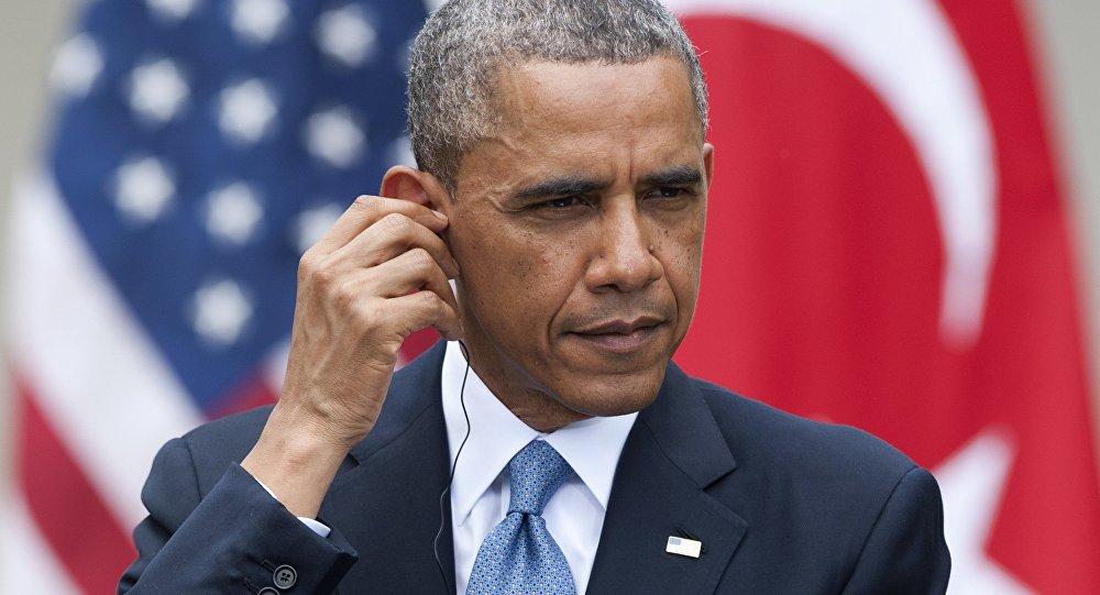 Presidente dos EUA, Barack Obama, ajustando seus fones de ouvido de tradução simultânea durante uma conferência com o então primeiro-ministro da Turquia, Recep Tayyip Erdogan, em 2014