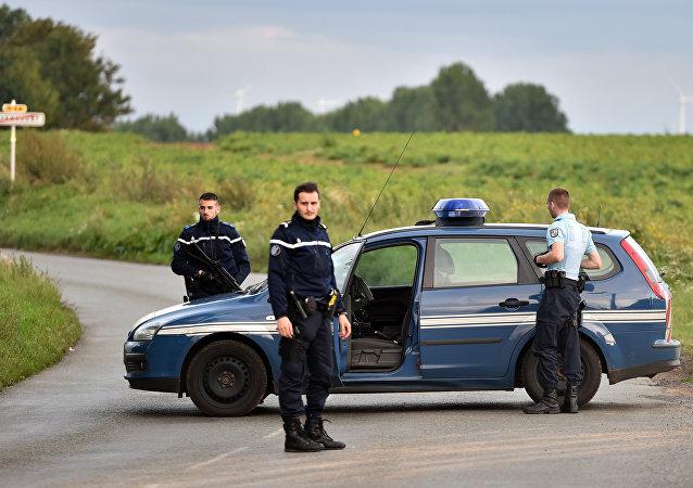 Polícia bloqueia estrada perto da comunidade cigana de Roye (FOTO DE ARQUIVO)
