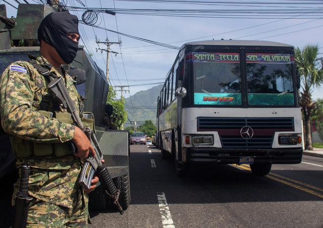 Soldado faz patrulha em rua de San Salvador, capital de El Salvador