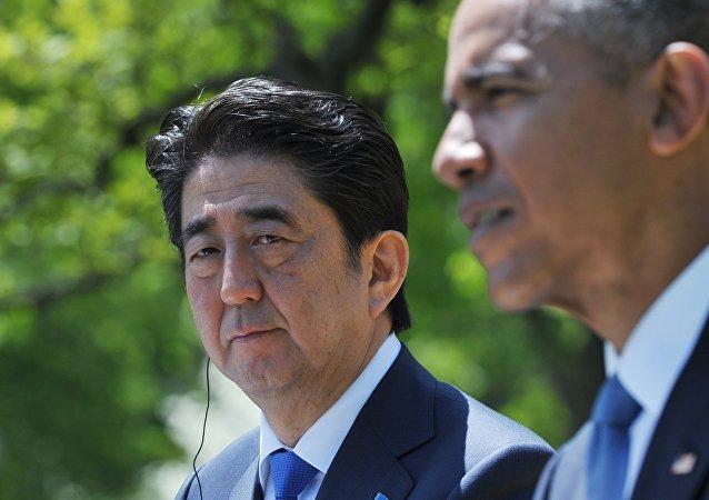 O primeiro-ministro do Japão, Shinzo Abe, ao lado do presidente dos Estados Unidos, Barack Obama