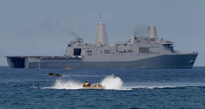 Veículos de assalto anfíbios com tropas americanas e filipinas em exercício militar no mar da China Meridional