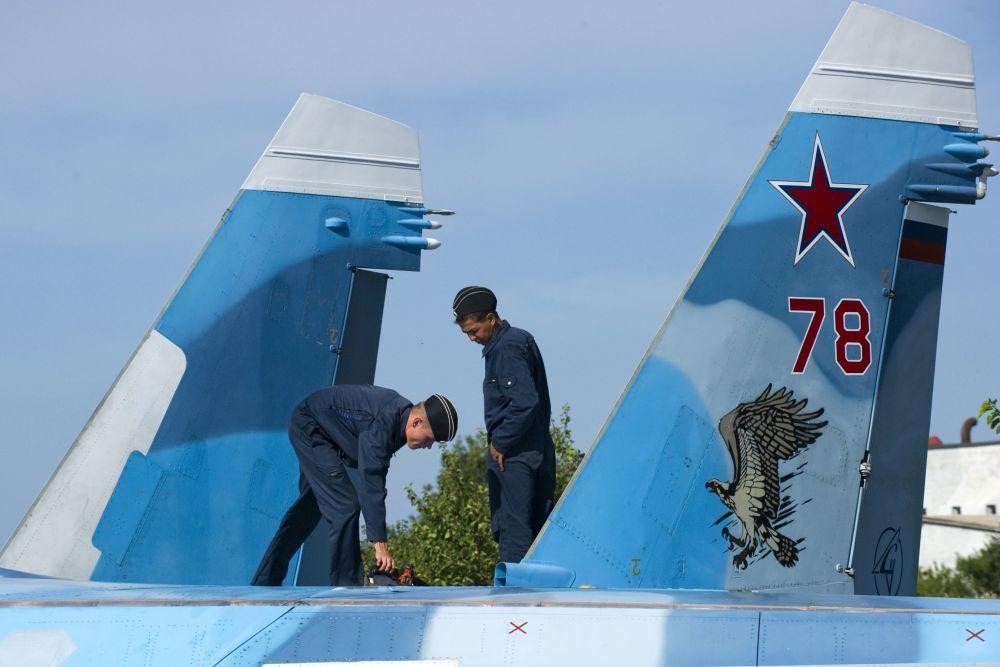Militares russos preparam o avião Su-33 para o voo de treinamento no polígono dos sistemas de decolagem e aterrissagem Nitka na Crimeia.