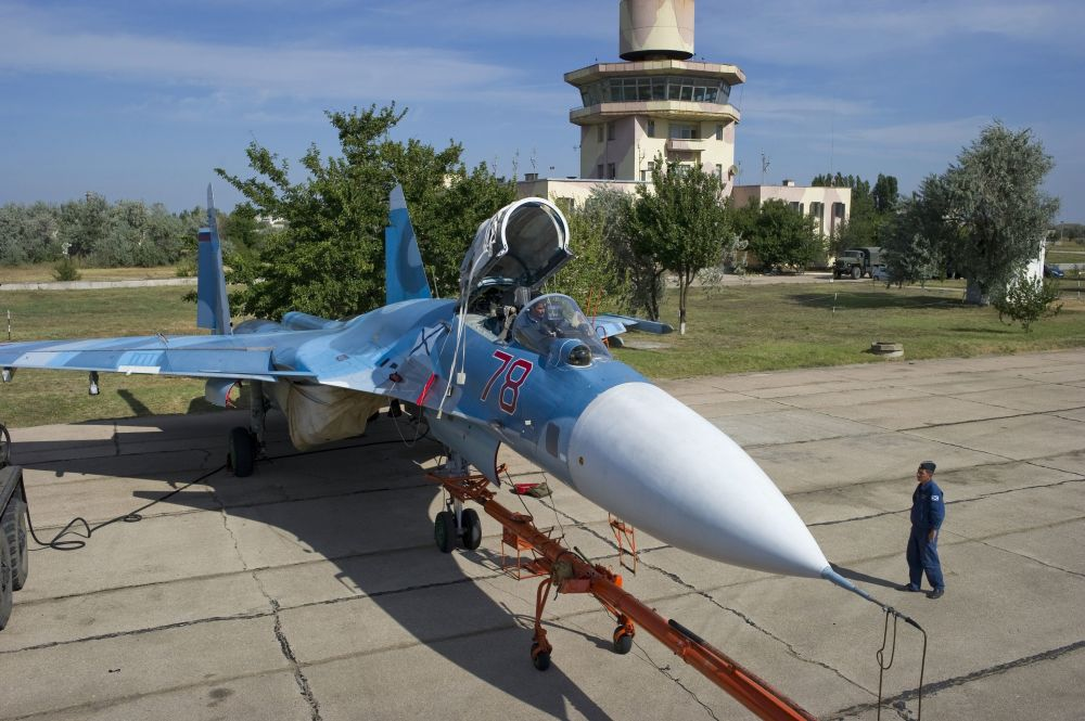 Militares russos preparam o avião Su-33 para um voo de treinamento de pilotos da aviação naval da Frota do Norte no polígono dos sistemas de decolagem e aterrissagem Nitka na Crimeia.