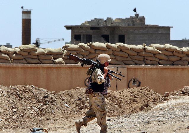 Um miliciano das forças de autodefesa dos curdos iraquianos, peshmerga, volta à sua base. Foto de arquivo.