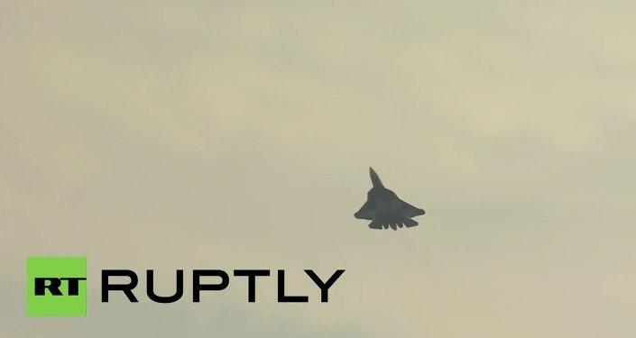 Rússia: Novo caça Sukhoi T-50 estreia no Salão Aeroespacial Internacional MAKS 2015