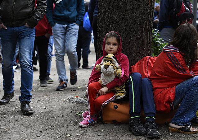 Uma criança imigrante em frente da Secretaria de Estado da Saúde e Assuntos Sociais (LAGeSo) em Berlim. 25 de agosto de 2015.