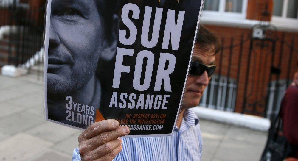 Apoio ao fundador do Wikileaks, Julian Assange, em frente à embaixada equatoriana em Londres