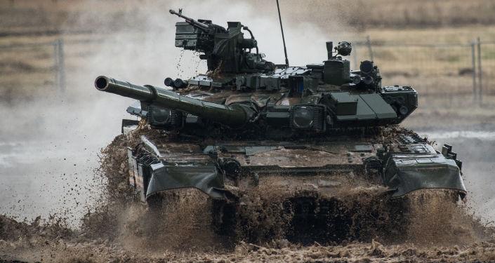 Tanque T-90 durante III fórum internacional Tecnologias da construção de máquinas 2014 na cidade Zhukovsky (arredores de Moscou)