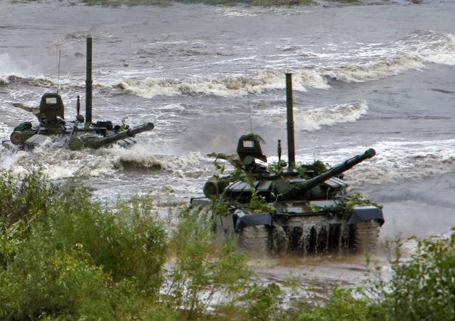 Travessia do rio por um tanque T-72, dotado de equipamento para a condução subaquática (OPVT) durante exercícios táticos do Estado-Maior General das Forças Armadas russas. Os treinos decorreram  no campo de treinamento bielorrusso perto da cidade de Borisov.