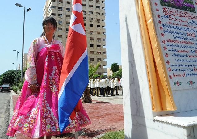 Uma representante da comunidade norte-coreana na Síria participa da inauguração do parque em homenagem a Kim Il-Sung.