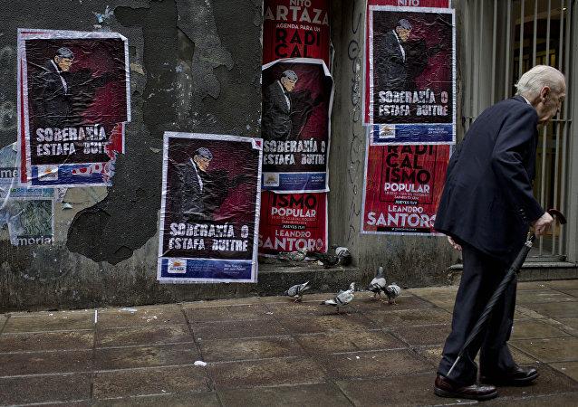 Cartazes rezando 'Soberania ou calote dos abutres' nas ruas de Buenos Aires, em referência aos credores da Argentina
