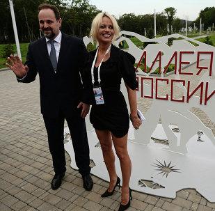 Sergei Donskoi e Pamela Anderson visitam o centro de reabilitação do tigre de Amur.