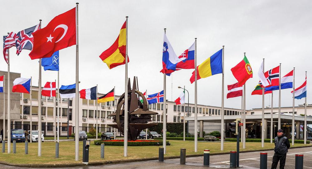 As bandeiras dos países membros da OTAN perto da sede da OTAN em Bruxelas