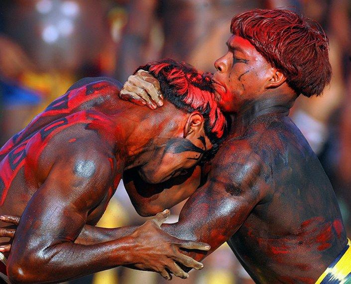 Indígenas brasileiros lutam durante a cerimônia de Quarup em 14 de agosto de 2005.