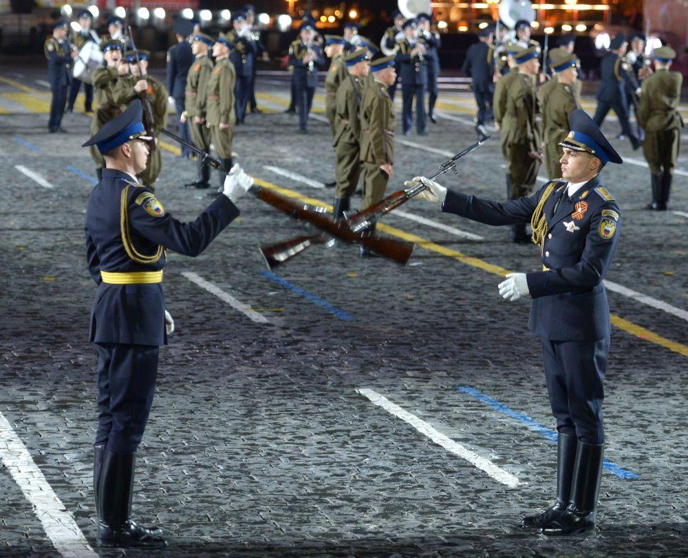 Guarda de honra do regimento do Kremlin no Festival Internacional de Música Militar Spasskaya Bashnya na Praça Vermelha