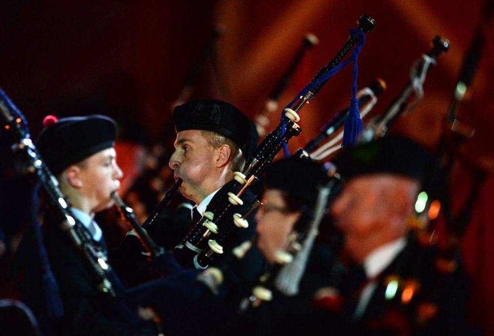 """Orquestra irlandesa de gaitas de foles e tambores """"Unidos Pela Música"""" na inauguração do Festival Internacional de Música Militar Spasskaya Bashnya na Praça Vermelha"""