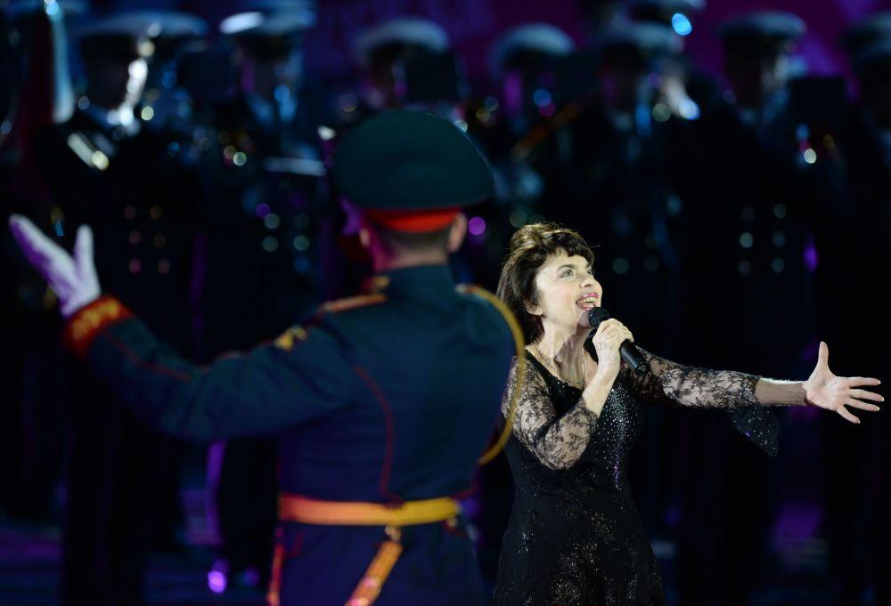Cantora francesa Mireille Mathieu na inauguração do Festival Internacional de Música Militar Spasskaya Bashnya na Praça Vermelha