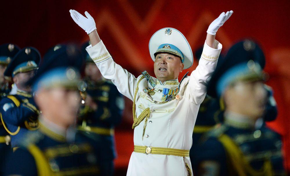 Guarda de honra e orquestra do Regimento Presidencial do Casaquistão na inauguração do Festival Internacional de Música Militar Spasskaya Bashnya na Praça Vermelha