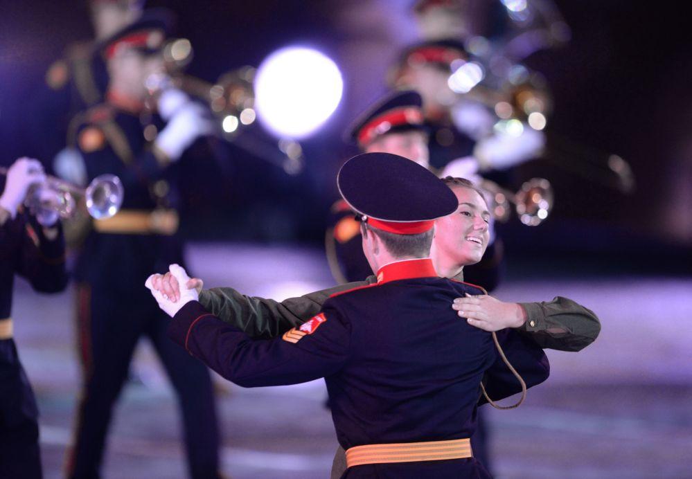Orquestra dos estudantes da Escola Militar Suvorov na inauguração do Festival Internacional de Música Militar Spasskaya Bashnya na Praça Vermelha