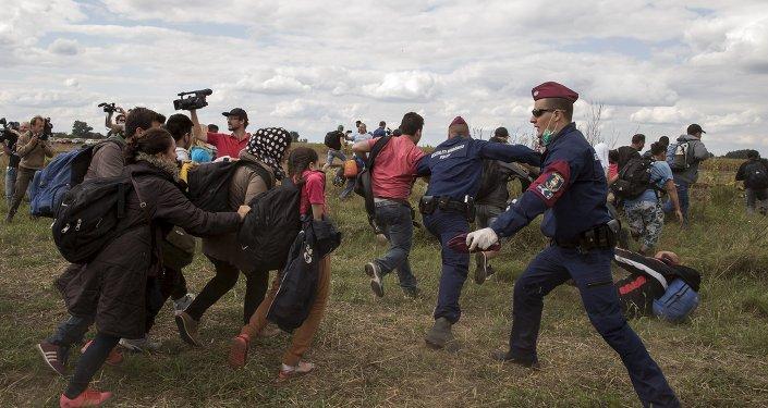 Polícia húngara tenta impedir imigrantes ilegais de entrarem no país