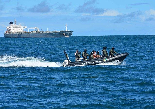 Marinha do Brasil resgatou cerca de 220 refugiados no Mar Mediterrâneo na última semana, em área próxima à Grécia