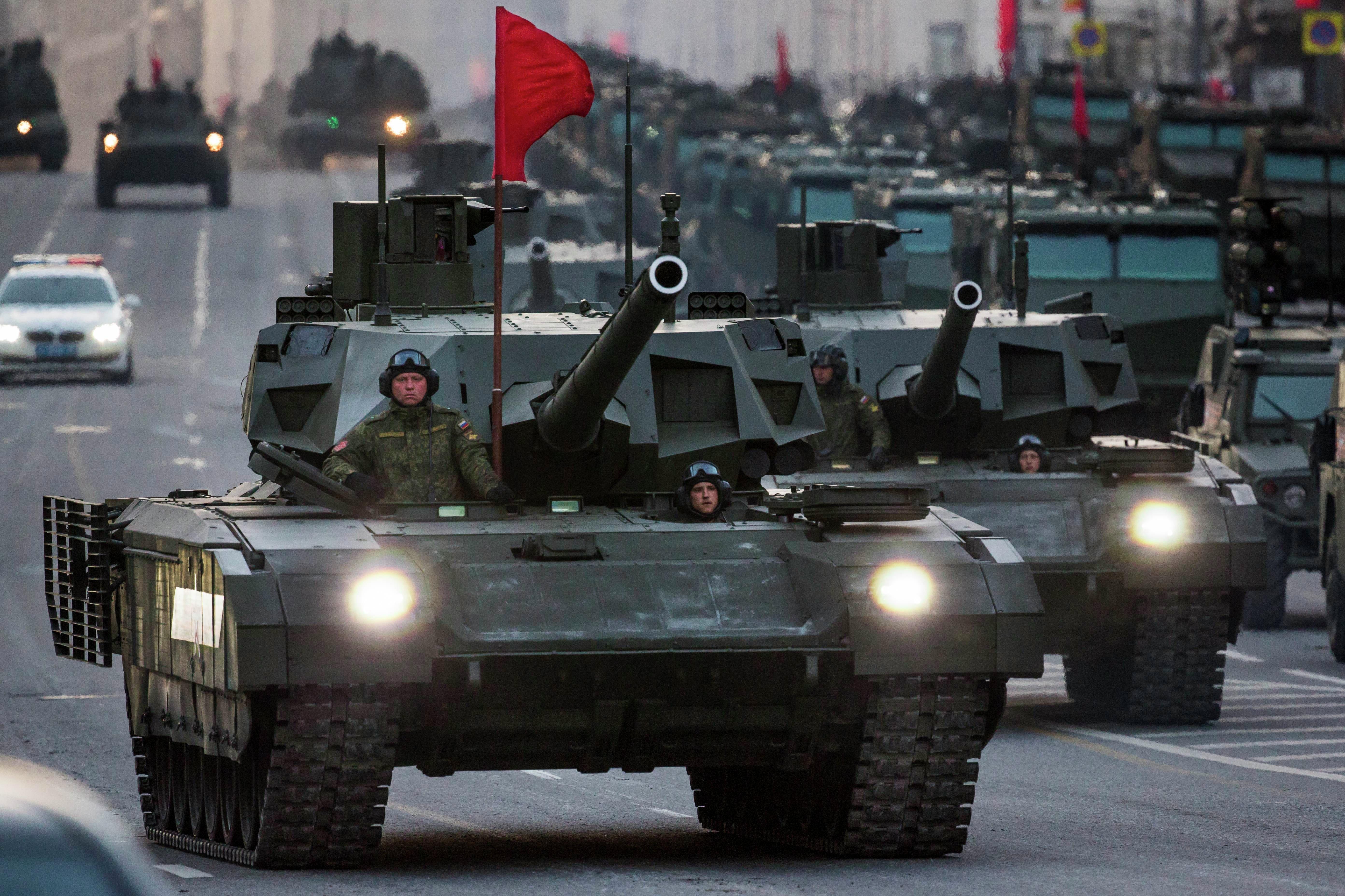 Novo tanque russo T-14 Armata durante a Parada da Vitória na Praça Vermelha em Moscou, 9 de maio de 2015