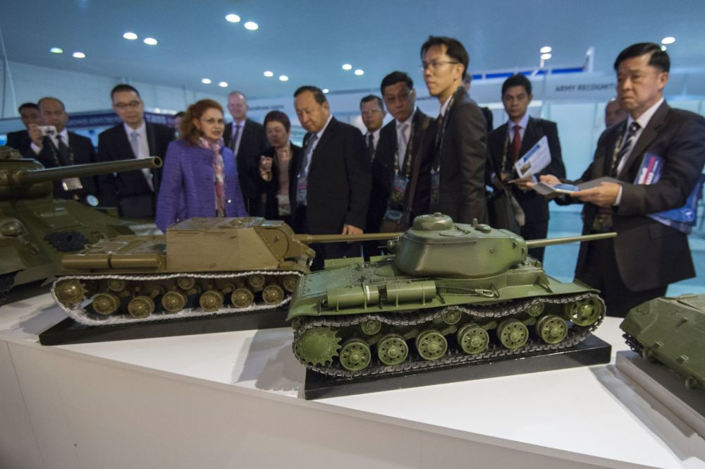 Participantes da exposição internacional de equipamento militar Russia Arms Expo (RAE) examinam modelos da técnica militar da época da Grande Guerra Patriótica