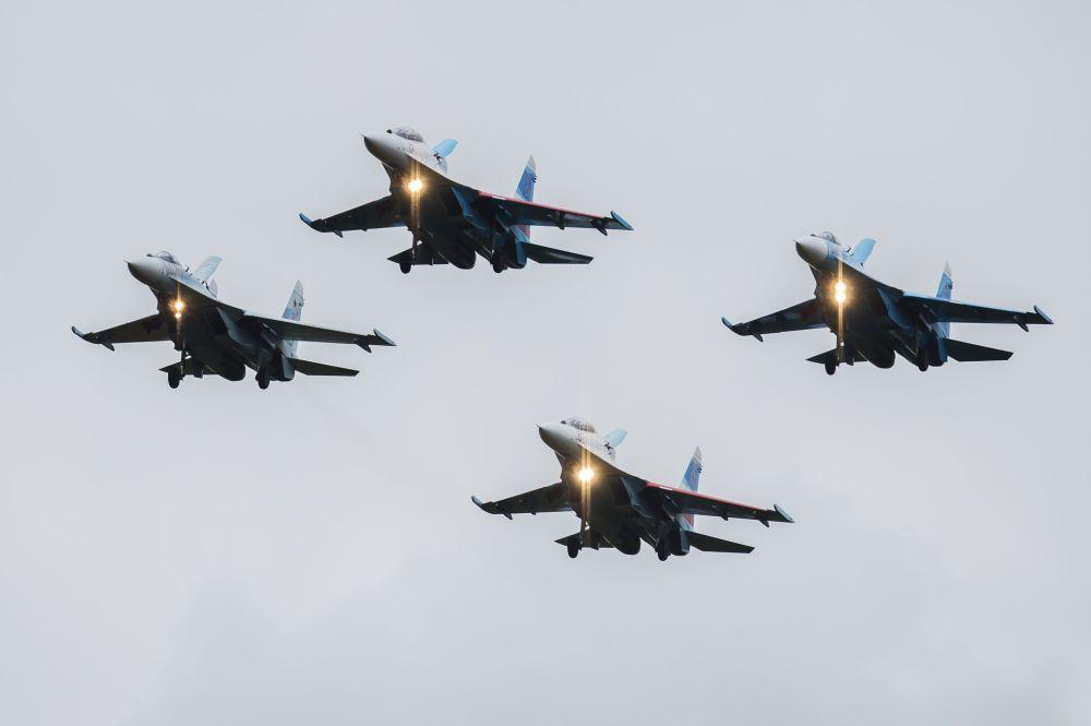 Grupo da acrobacia aérea Sokoly Rossii na cerimônia de abertura da exposição internacional de equipamento militar Russia Arms Expo
