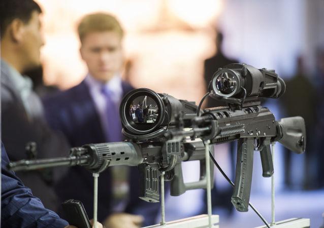 Exemplos de modernos sistemas de mira patentes na exposição internacional de equipamento militar Russia Arms Expo