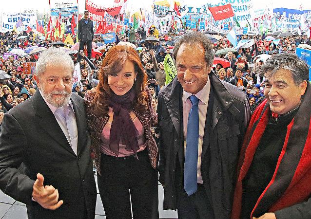 O ex-presidente Lula, a presidenta da Argentina, Cristina Fernández de Kirchner e o governador de Buenos Aires, Daniel Osvaldo Scioli