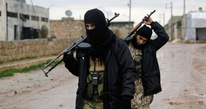 Soldados rebeldes levam armas na vila de Ratian, a norte de Alepo, seguindo uma suposta ofensiva contra eles promovida por forças leais ao presidente President Bashar al-Assad, da Síria.