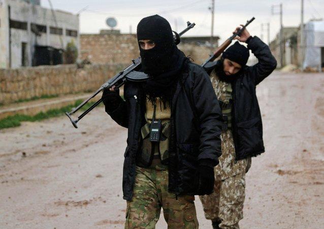 Rebeldes sírios levando armas