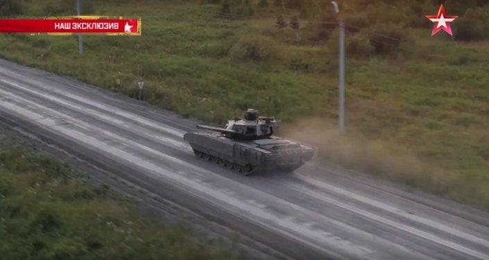 Tanque Armata faz rotação da torre em movimento