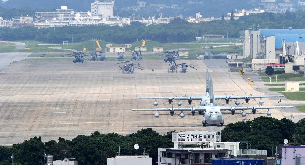 Aviões e helicópteros na Estação Aérea da Unidade Naval de Futenma, Ginowan, província de Okinawa