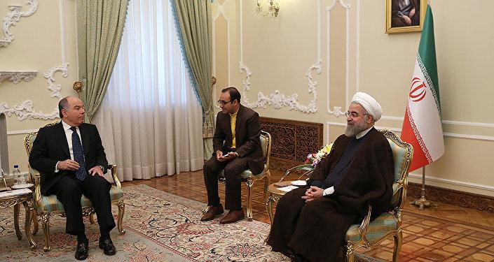 O chanceler brasileiro, Mauro Vieira (esquerda), fala com o presidente iraniano, Hassan Rohani (direita) com a ajuda de intérprete em Teerã durante visita oficial em 13 de setembro