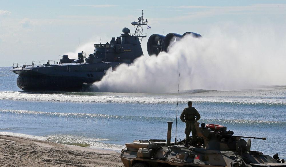 Lancha de desembarque ligeira tipo hovercraft Mordóvia e veículo blindado de transporte de pessoal BTR-80