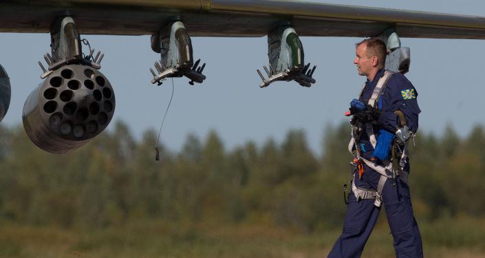 Militar junto do caça Su-25 da Força Aérea bielorrussa durante os exercícios conjuntos da Rússia e Bielorrússia 'Escudo da União'