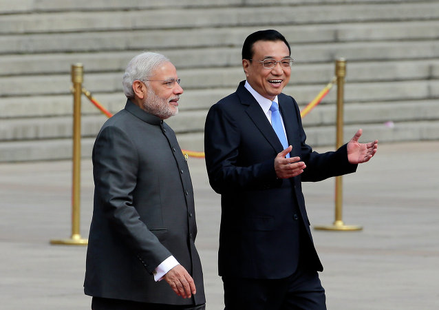 Primeiro-ministro indiano Narendra Modi com o primeiro-ministro chinês Li Keqiang