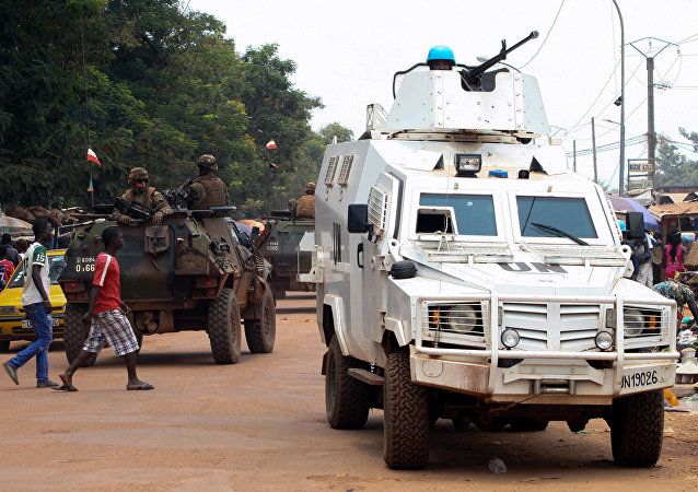Veículo blindado da MINUSCA durante patrulha pelas ruas de Bangui, capital da República Centro-Africana (14-09-2015)