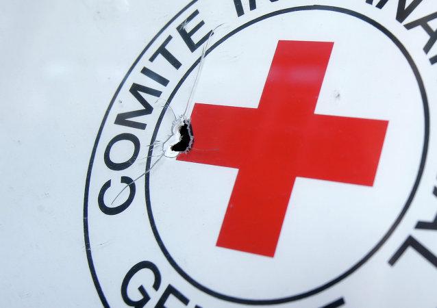 Buraco da bala deixado no símbolo da Cruz Vermelha em Donetsk, 3 de outubro de 2014