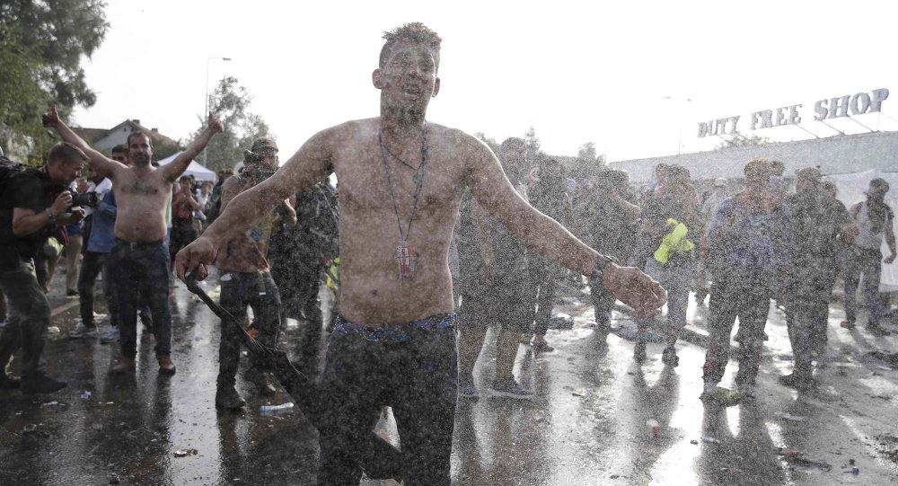 Polícia húngara usa jatos d'água para conter entrada de refugiados na fronteira com Sérvia