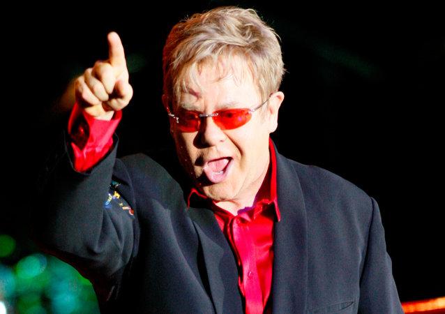 Elton John em apresentação em Moscou