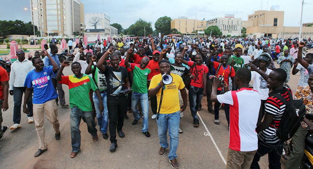 Os cidadãos de Burkina Faso estão nas ruas cobrando democracia no país.