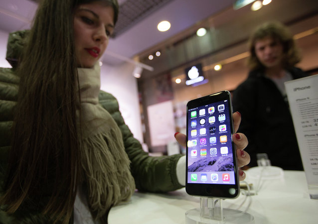Uma visitante de loja em Moscou confira os novos Apple iPhone 6 e iPhone 6 plus
