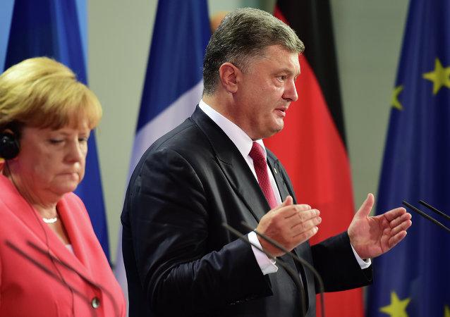 Angela Merkel e Pyotr Poroshenko durante coletiva de imprensa em Berlim, em 24 de agosto de 2015
