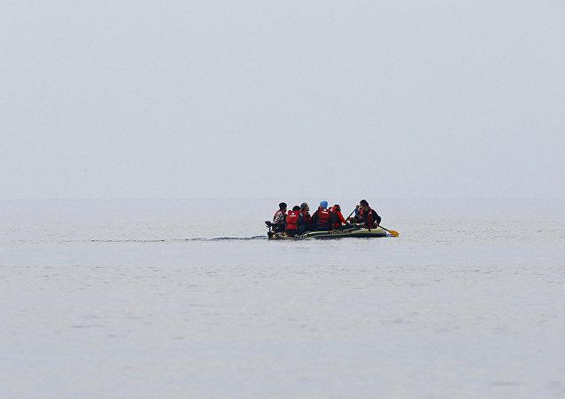 Um grupo de refugiados partiu da Turquia e remou por 10 quilômetros até ser resgatado.
