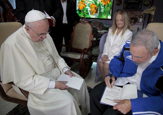 Fidel Castro presenteou o Papa Francisco com livro de Frei Beto.