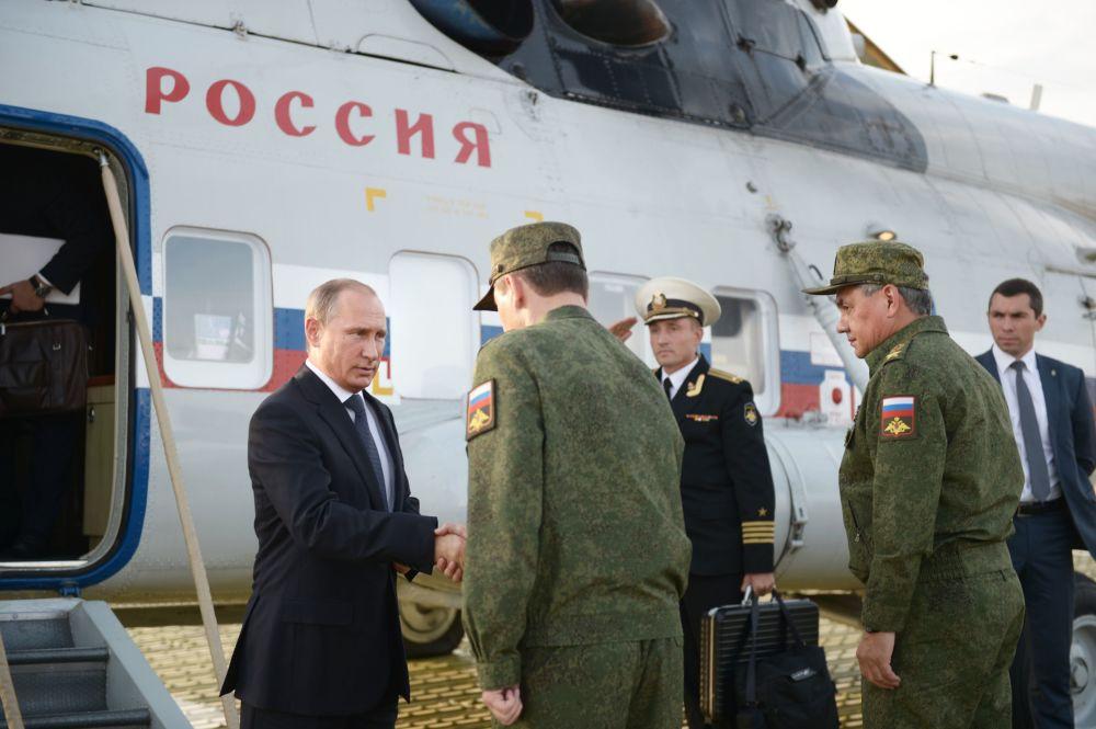 O presidente russo, Vladimir Putin, durante uma visita ao campo de treinamento de Donguz na região de Orenburg.