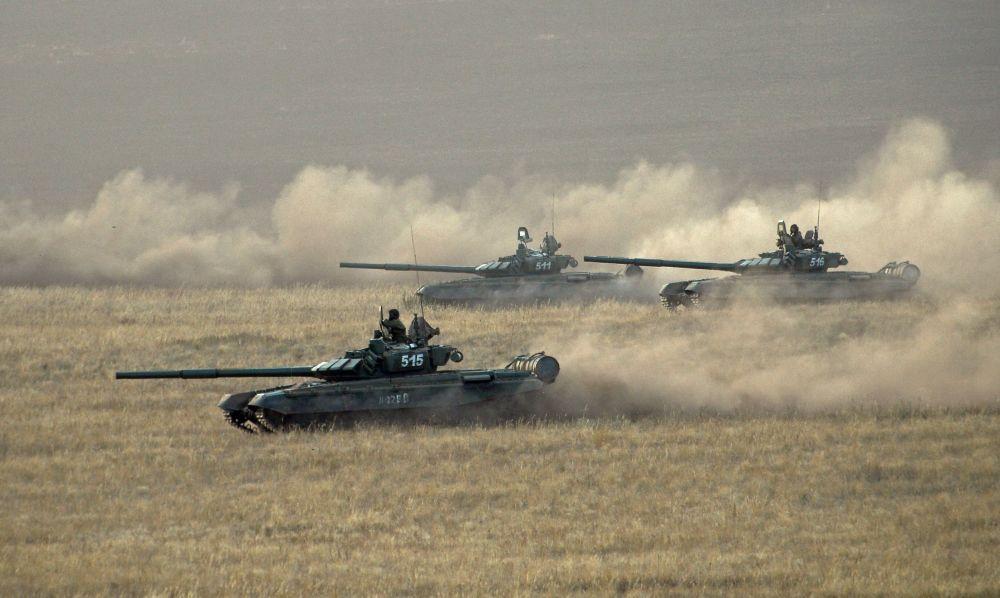 Os tanques das Forças Armadas da Rússia durante os exercícios estratégicos Centro-2015.
