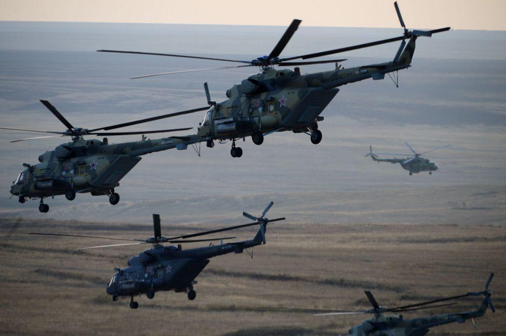 Os helicópteros das Forças Aéreas da Rússia durante os exercícios estratégicos Centro-2015.